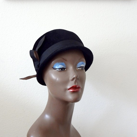1960s hat / 60s mod black cloche with jaunty bow