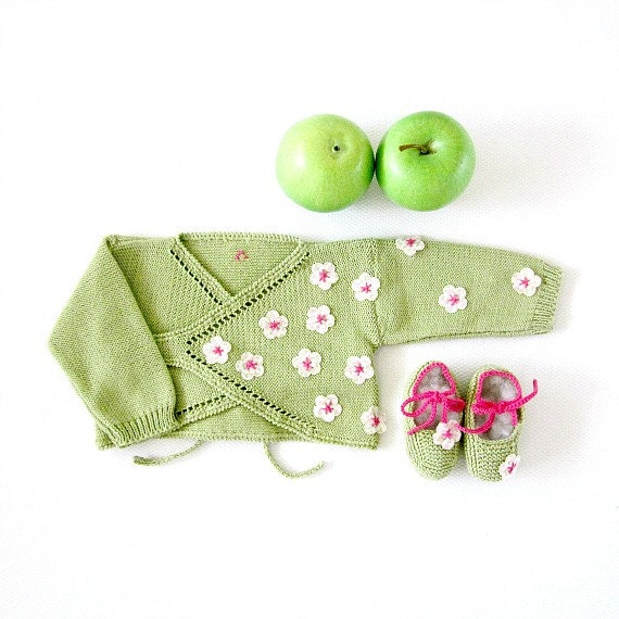 Knitted cache-coeur in green with little flowers for a baby girl. 100% cotton. READY TO SHIP in size Newborn.