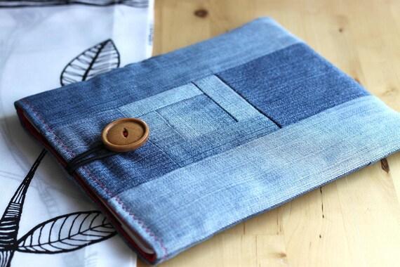 iPad padded case. Classic blue jeans. Zakka style, tablet sleeve. Patchwork denim log cabin motif.