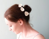 Ivory pearl daisy flowers Hair pins Wedding accessories OOAK by Jye, Hand-made in France