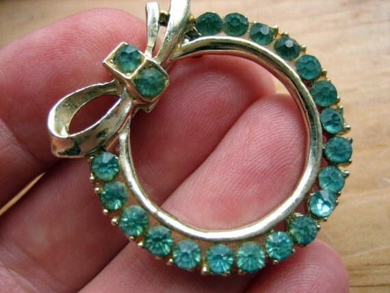 Turquoise Rhinestone Circle Brooch with Bow 21 Sparkling Stones Goldtone Setting Vintage 1960s