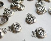 10 Halloween pumpkin Jack O' Lantern charms antique silver 18x18mm PR332