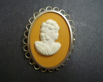 BEAUTIFUL Vintage Cameo Brooch Bakelite Silver Tone Metal Frame Class and Tradition
