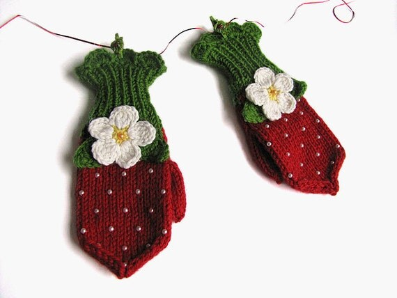 Knitted girls mittens Red Strawberry, christmas gift for girls / size 12-36M