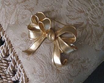 Vintage gold bow broach.  Art Nouveau. Mid Century.