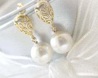 Gold Paisley with Pearls Earrings. Lovely for Brides, Bridesmaid. Bridesmaid Earrings. Bridesmaid Gifts. Bridal Jewelry.