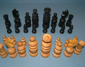 1930s Complete set of Non-Staunton Wooden Chessmen Chess Pieces - Made in England