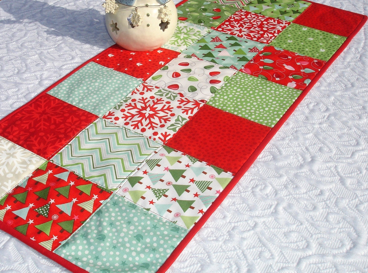 christmas table runner quilt red green white moda by. Black Bedroom Furniture Sets. Home Design Ideas