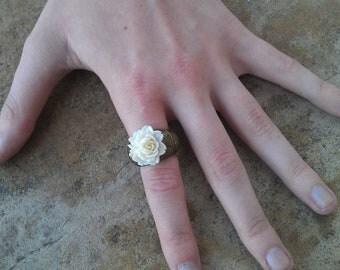 Elastic Ring with Vintage Flower