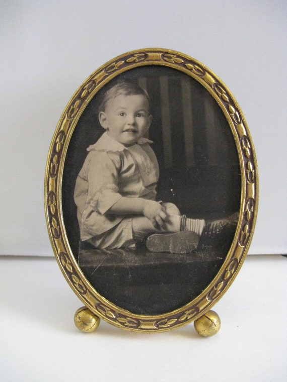 ANTIQUE embossed upright oval brass frame w round feet old photo