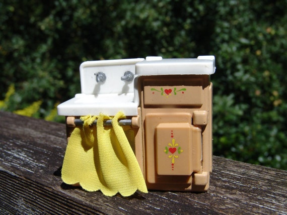 Vintage Mattel 1980 The Littles Miniature Metal Old Fashion Ice Box and Kitchen Sink with Dishes