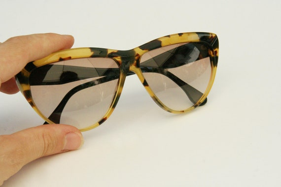 Vintage 1980's sunglasses with tortoise shell and black frame