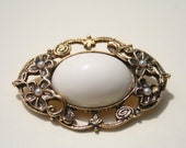 Vintage brooch with white center pearls and flowers