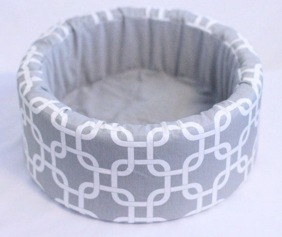 "Modern Cat Bed, Round 12"" Self Warming Bed in Grey/White Print"