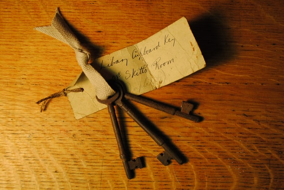 3 keys ENGLISH SCHOOL keys made in great britian  ANTIQUE great collection england 1920s great collect vintage skeleton keys  lot number 13