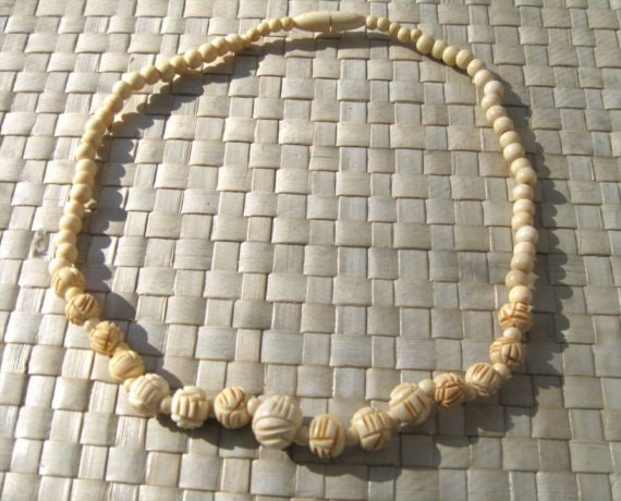 Pretty hand-carved necklace of ivory colored round beads - 1940s - bridal necklace