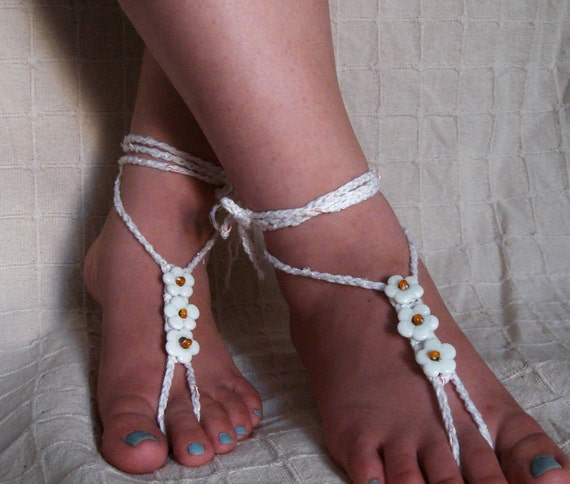Flower beaded barefoot sandals/ crochet barefoot sandals, simple daisy foot  jewelry, white barefoot dandals