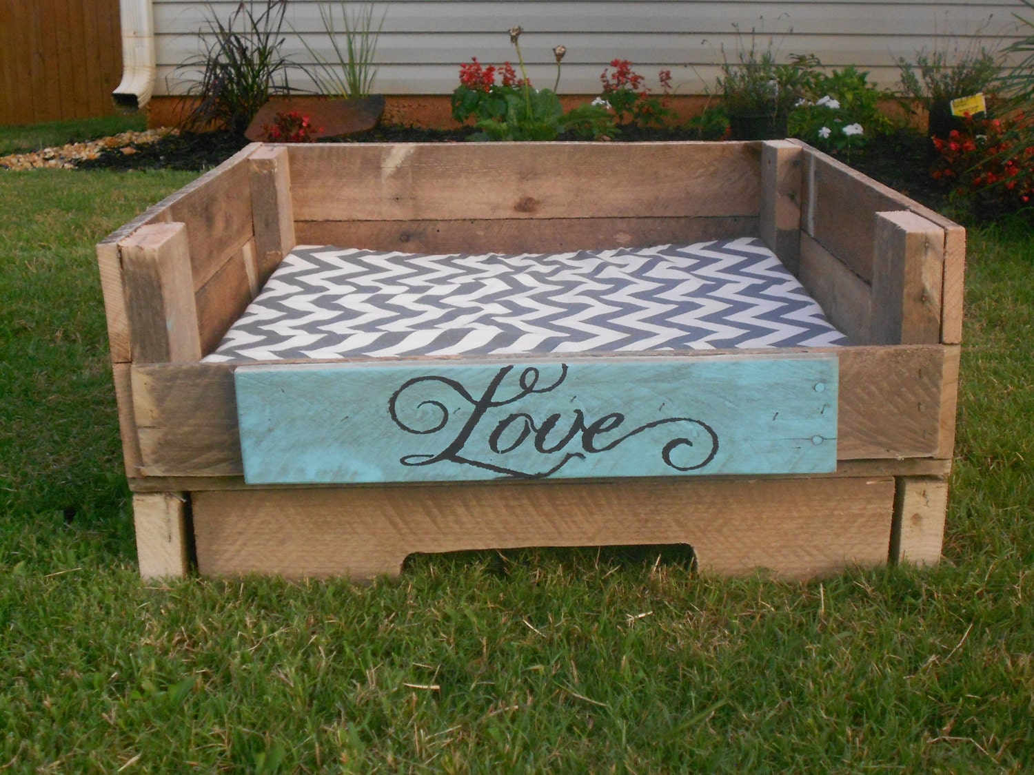 rustic upcycled pallet dog beds. Black Bedroom Furniture Sets. Home Design Ideas