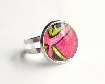Perfectly pink: an adjustable ring adorned with fabric mounted under a beautiful glass cabochon
