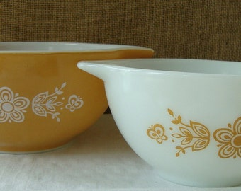 VINTAGE 1970s Pyrex Butterfly Daisy Gold Bowls Set of 2 Cottage Kitchen Mixing Bowls Mid Mod Mixing Bowls  Well Stocked Kitchen Bowls