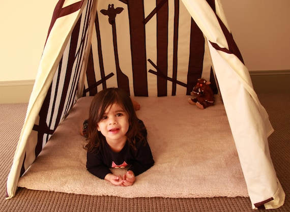 Play Teepee Tent - Secret Forest with giraffes in the trees