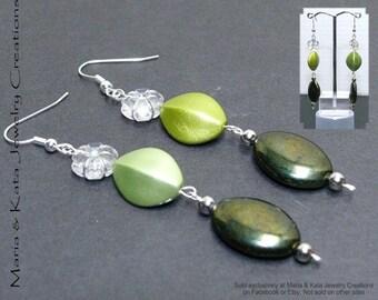 Dangle earrings made w/ clear flower acrylic bead w/ silver tone rhinestone