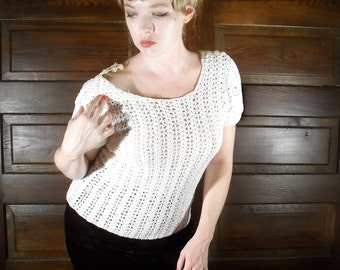 1960s White Crochet Short Sleeve Sweater Blouse with Cap Sleeves and Button Shoulders