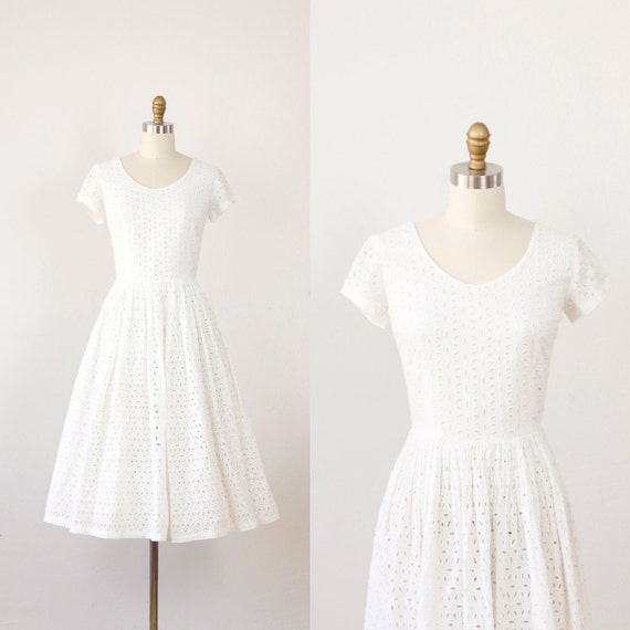 White eyelet full skirt vintage wedding dress for Full skirt wedding dress
