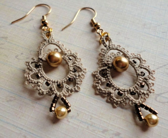 Tatted earrings in ecru and gold