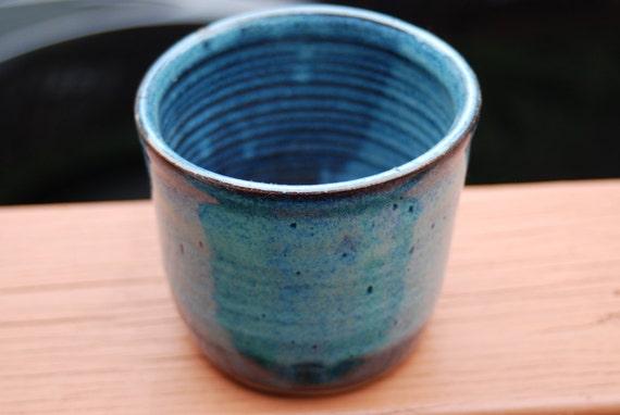 1 blue utensil holder