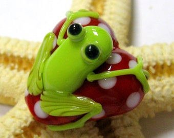 SMAUGGS handmade little frog-heart (20mm x 20mm x 15mm), glass, red, white, green, hole 2mm