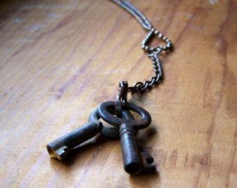 SALE...Vintage Rusted Barrel Keys Necklace Steampunk