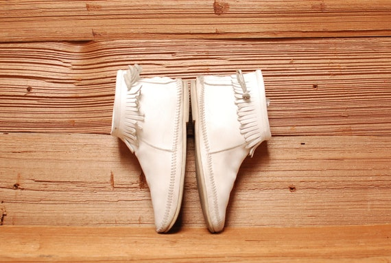 size 8 MINNETONKA white leather 70s 80s MOCCASINS zip up FRINGE ankle booties