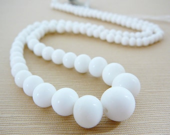 Vintage .. Bead, Occupied Japan White alabaster Glass Beads Full Strand graduated Wedding Bride