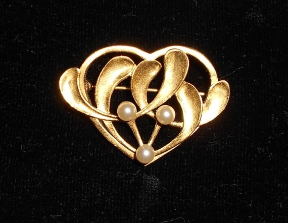 MMA MAd Brooch Heart and Faux Pearls   Marked  Gold Tone