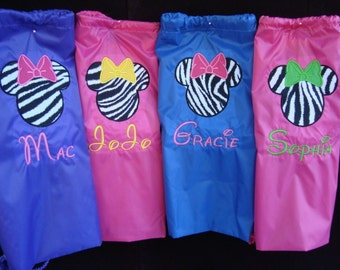 Lot of 4 personalized cinch bags feature a Mickey Mouse design Or Minnie along with an embroidered name