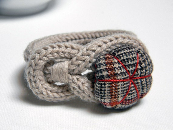 Taupe knitted wool yarn bracelet Noemi, handsewn flower  button, tied up, yarn jewelry. Tartan wool fabric