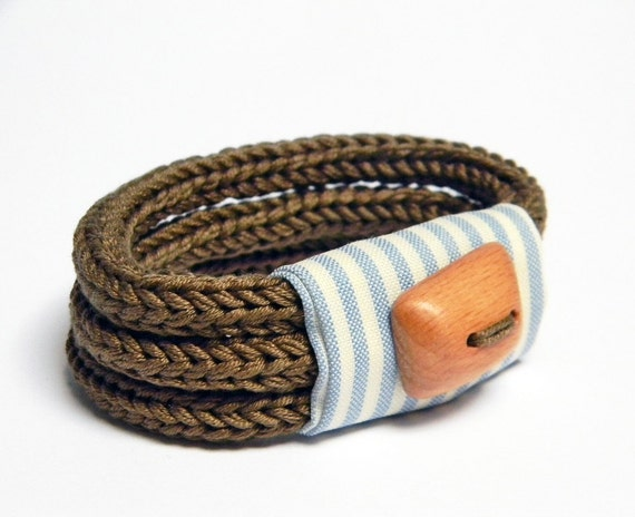 Three loops knitted bracelet, cotton yarn and striped fabric - Tre cocoa brown, vanilla, pale blue. Textile jewelry