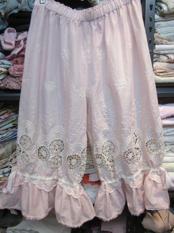 Vintage Kitty.. pale pink and cream bloomies.. cutwork and embroidery.. devine.. lightweight  cotton voile  Med - Lg