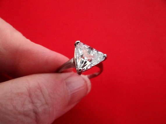 Vintage size 6.5 silver  ring with triangle shaped rhinestone in great condition