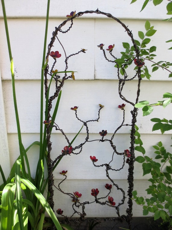 Blooming Tartan Vine Barbed Wire Trellis With Metal Red Plaid Flowers