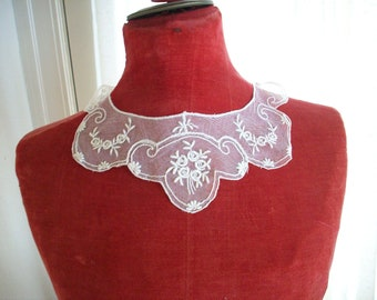 Antique feminine lace collar very dainty