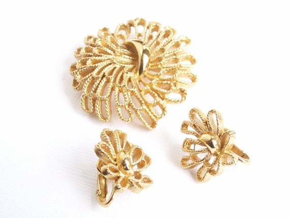 Vintage Trifari Brooch and Earrings Matched Set filigree twisted wire look gold metal floral costume jewelry