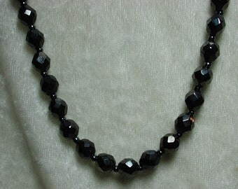 Vintage black faceted glass bead necklace NICE  E252