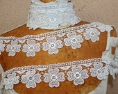 Very cute  white   color flower   venice  lace   2.5 inch wide 1  yard listing