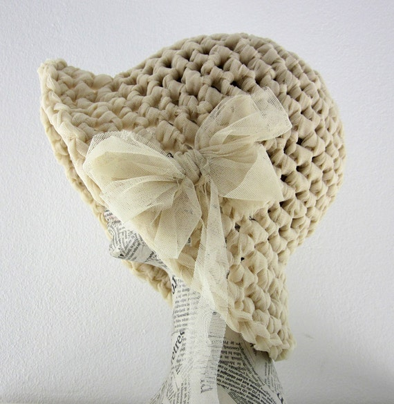 Straw hat in ecru, cream elastic tulle for spring summer with bow