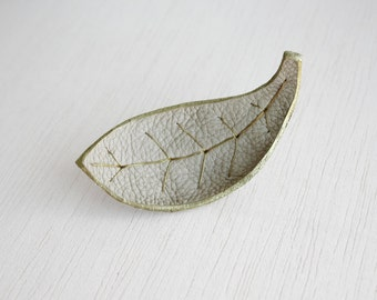 Leaf brooch light beige leather and golden wire