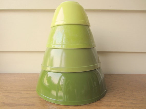 Vintage set of 4 Pyrex green mixing bowls.