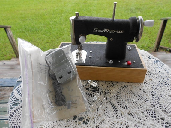 Vintage Childs Sewing Machine Sew Mistress