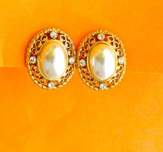 Vintage Richeleu Clip on Earrings in Gold tone & Large FAUX Pearls, Vintage Fine Accessory